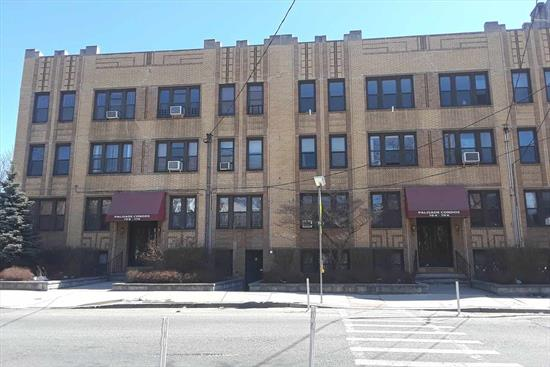 Spacious modern condo in a Pre-War building, very nice & bright, large eat-in kitchen, entry hall, good closet space. Maintenance, includes heat, hot water. Very low taxes and maintenance fee. Close to Journal Square PATH, all buses and the building is a few minutes to NYC and the Holland Tunnel. Close to Christ Hospital.