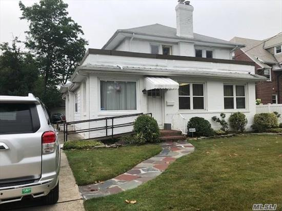 Colonial, master w/large private bathroom w/'jacuzzi, washer & dryer off Kitchen, Just cleaned, freshly painted and new carpet in the bedrooms and staircase, walk to LIRR. Best priced Rental in the area