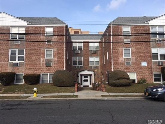 Now New Ownership! Lux Rental Residence Community In popular Rockville Centre! Renovated Interior With Tuscany Cabinets, undermt lites. Granite Kit Flr & Cntrps. Stls. Stl Appl. 1Br/1Bth.Hi-Hats. Granite/Marble Bath, Floating Vanity/Frmls Shwr Drs.2 Faux Woodgrain Windw Tmts. Gray Paint/Carpet. Minutes To Village!