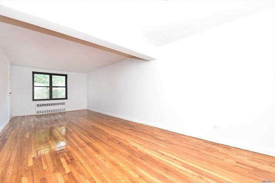 3 Bedroom apartment in the prestigious Eden Rock building. This pet friendly building features a doorman, laundry room, and a 24 hour gym. Conveniently located within minutes to buses, transportation, shopping, Briarwood Station, and the E and F trains.