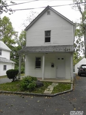Cozy Gingerbread Cottage, Bright 2 Bedrooms, 1.5 Bathrooms, CAC, Private Thermostat, Laundry In Basement, Private Driveway For A Few Cars And Storage - Fenced Backyard - Walk To Parkwood Playground And Pool/Tennis, Bus Stop To LIRR And Town, Great Neck Middle & North High, JFK Elementary, Enjoy Steppingstone Park All Year Around Entertainment & Amenities!