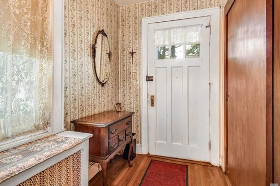 Make this one your own.....Chatlos Colonial in the heart of Williston Park 3 bedrooms 1.5 baths, screened in porch, updated roof and woodfloors throughout. Close to shopping, transportation, restaurants, NYC, town pool and library. Herricks Schools.