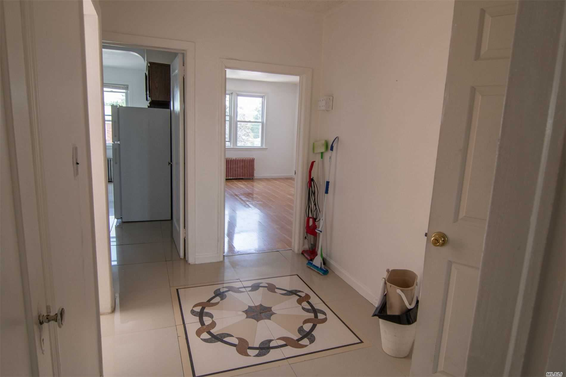 About 10 minutes walk to St. John's University. A quiet clean neighborhood, sunshine apartment, wood floor, big windows,  near Q46, Q65 Buses, lots of stores around,