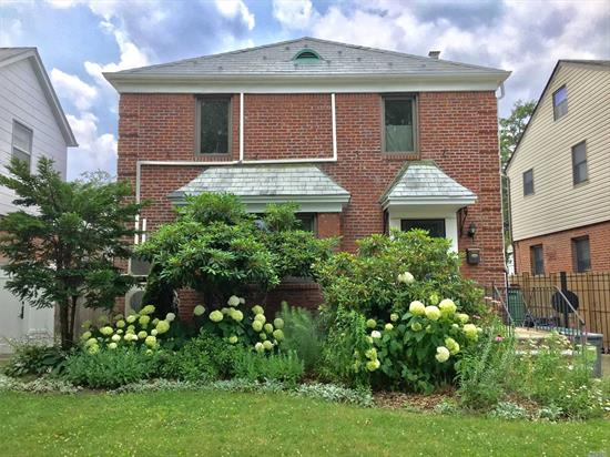 Fully Renovated Beautiful House W 3BR/2.5Bath & Organic Garden, Modern Kitchen, Formal Dining, Edison Windows, AC Separated In Each Room, 3 Heating Zones. The House Is Located In the Center Of FM, Half Block From Cunningham Park (Play Ground & Shakespeare In Park & Tennis Court) & Buses To Manhattan & Flushing. Walking Distance To Shopping, Pharmacy, Library. Blue Ribbon School #216. Closed To Hmart & Fresh Meadow Shopping Center.