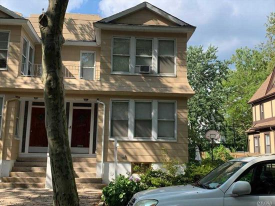 2 family Townhouse. Semi detached in the heart of Briarwood. Close to Buses, Train and Major Highways. Lot with private driveway. 40X100. Building size 20X61.