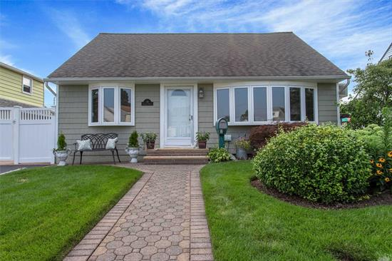 Perfectly Updated Exp Cape In Prime Mid-Block Location. Spacious Open Floor Plan W/Granite EIK, Den W Fpl, LR W Fpl, Gas, Hardwood, Country Club Backyard W IG Pool. Move In Condition. A Must See!