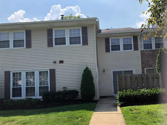 Great opportunity to live in luxurious Woodland Ponds. updated baths, private patio off kitchen. Oversized LR/DR. CAC, High hats throughout.Plentiful parking, pool, tennis, Club house with party room, gym. Syosset Schools