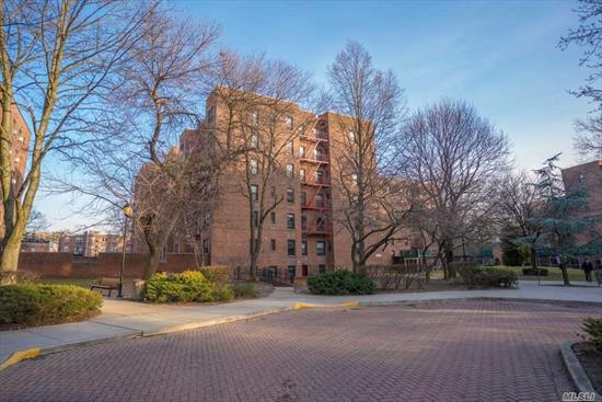 Dara garden is a fabulous gated community located in the heart of flushing.Makes it a convenience as well as pleasure to live in.Walking distance to Supermarket, Pharmacies, Rest. And transportation.This is very nice apt.Pet allowed.
