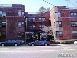 Beautifully Large One Bedroom Apartment Located In The Heart Of Great Neck. Apartment Offers A Fully Kitchen With Granite Countertop, Stainless Steel Appliances, Dish Washer, A Separate Dining Foyer, And A Long Corridor Leading To A Private Sunny Bedroom And Bathroom. 3 Large Closets With Plenty Of Storage. 5 Min To Train, Bus, Shops And 23 Min LIRR Express Trains To Manhattan. Great Neck South Schools.