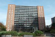 Lovely bright studio apartment in centrally located Rego Park.