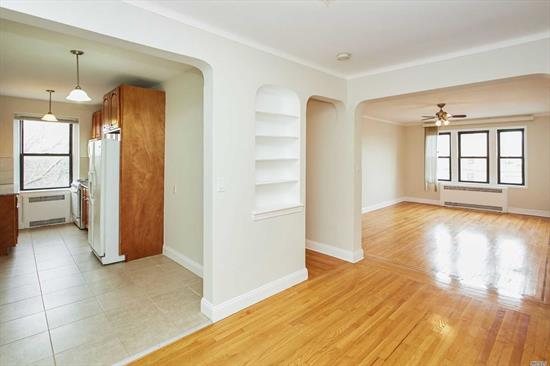 This is a one of a kind one bedroom apt in excellent condition, its on the corner of the building which gives it more space and amazing lighting , just minutes to public trans , shopping and major hwys,