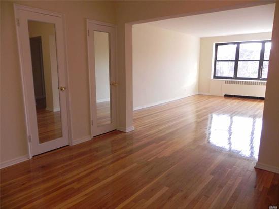 Great Neck. Lovely Top Floor 1 Bedroom/1 Bath Apartment With Great Closet Space, Huge Eat-In Kitchen With Washer/Dryer Hook-Up, Extra Large Living Room And Bedroom. Top Location, 1 Block From Lirr, Town, Shopping, Park, Etc. Pet Friendly Without Restriction. Supers On Site. Laundry In Building.