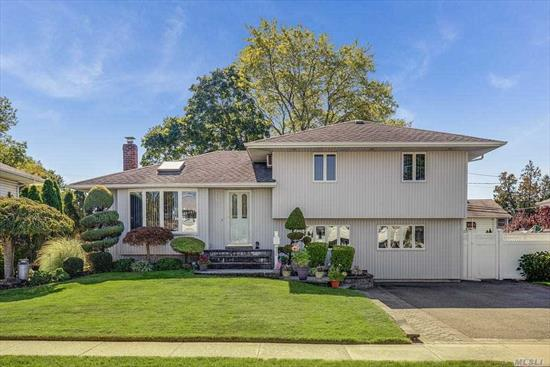 Bright Sunny 3 Bed 2 Bath Split, Updated Maple Kitchen w/Vaulted Ceilings, Skylight, Hi Hats, Granite & Stainless Appliances, Open to Dining & Living Room, Trex Deck off the Kitchen Perfect for Entertaining in the Park like Yard! 3 Beds w/ FBath, Generous Den w/Sliders, Full Bath, Part Fin Basement w/Lots of Storage, New Interior Doors, Hardwood Fls, Hi-Hats, Updated Roof, Siding, Heating & PVC Fence, IGS, 200 Amp Electric, 5 AC, Generator Switch, Gas In Street, Kramer Lane Elementary