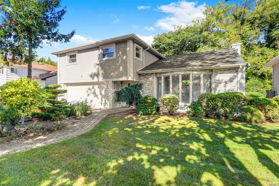 Renovated balcony-split in prime location. New windows, new roof, new stucco and stone, new backyard area. 3 bdrs, 2.5 bths, fully renovated eat-in kitchen. Large kitchen/dining room open layout area that is perfect for entertaining. Part/fin basement. Sd #14, close to all.