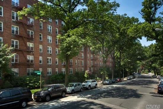 Manhattan style hi-rise. Ultra elegant interior upgrades. Douglaston Village. Sleek cherry cabinets w/granite countertops, backsplash, SS appl, granite kit flr. Washer/dryer! Granite bath, floating vanity, rain showerhd/frameless shwr drs. 2 faux woodgrain window tmts. Crown molding, 2-tone paint. Prices/policies subject to change without notice.