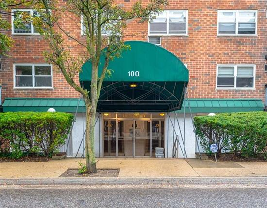 Fabulous one bedroom Coop in a fantastic location! Unit has been updated and very spacious! Great building and plenty of parking! Must must see!!!