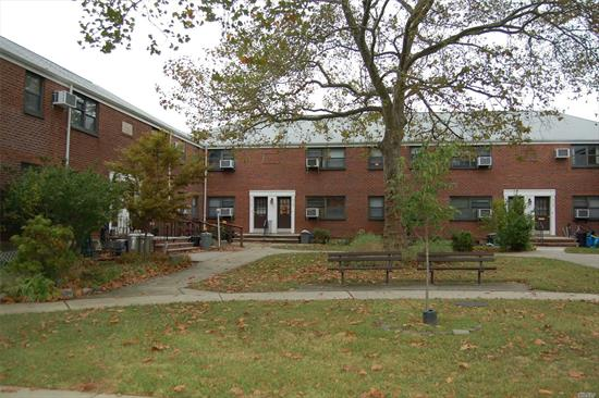 Excellent clean 1br upper unit located in a quite court yard. Lots of light and move in and enjoy.