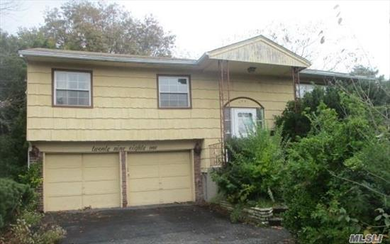 Spacious Hi Ranch with 6 rooms 3 beds and 2.5 bath. Merrick Schools. Close to Shopping, Transportation and Major Roadways.