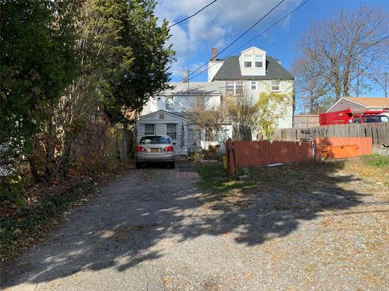 Colonial on 40x100 lot that is zoned Industrial B. Great opportunity for residential or commercial. Home has a CEU.