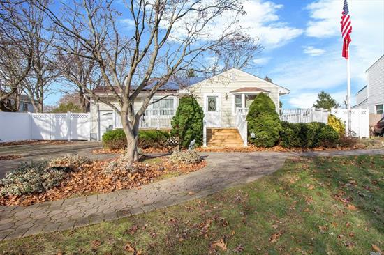 Granite/SS EIK, Gleaming HWF, Large family Room, 3 BR, 2 full baths. Quiet neighborhood close to town, LIRR and Pkwy. Large private fenced in yard and wrap around deck.
