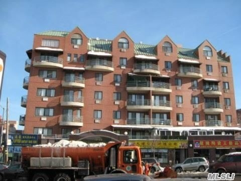 ****24 hours doorman and parking space $250 per month*** Duplex layout and waling distance to subway stations**