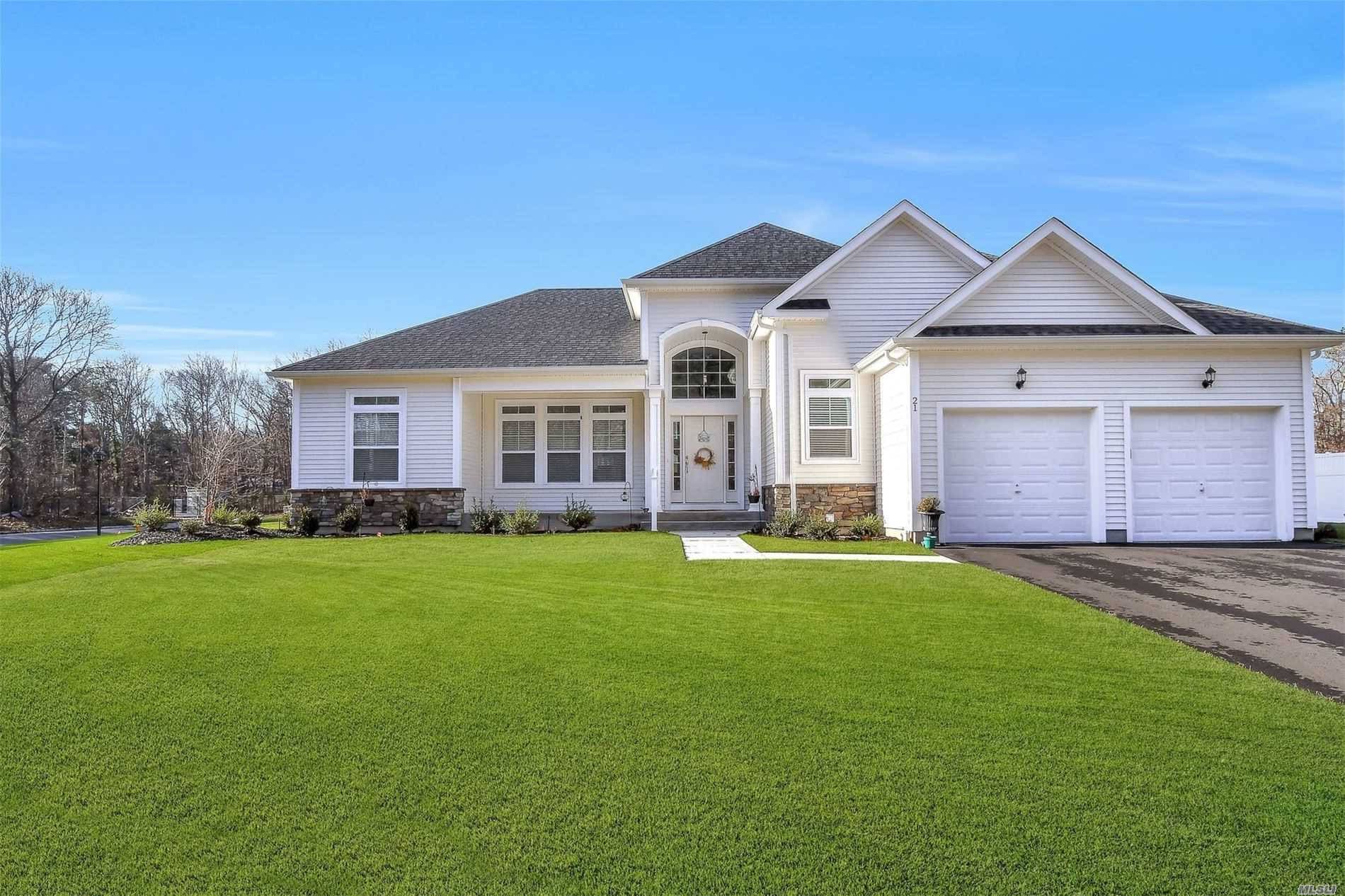 Fabulous open floor plan ranch in desirable Country Point Estates subdivision. Only 6mos old!!! Soaring ceilings, walls of windows, chef's kitchen w/stone counters, gleaming oak floors thruout.
