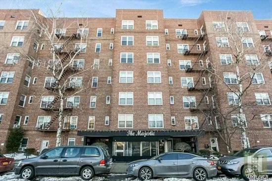 Front facing nice size studio in top 24 Drmn. building. Pet Friendly. Close to 71st Continental E & F trains.