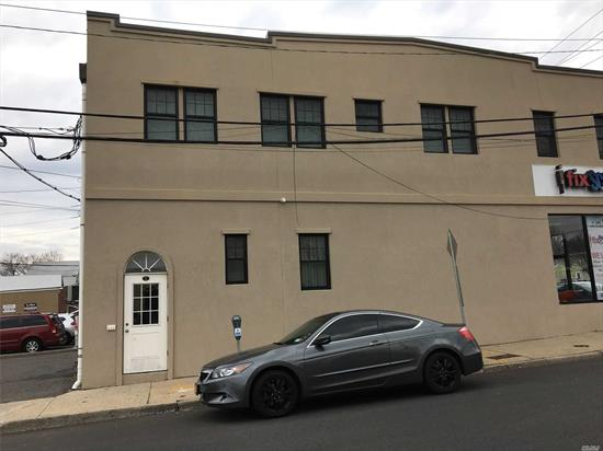 Renovated 2 Bedroom Apartment Very Close to LIRR and Town.