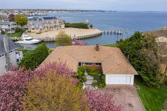 Prime Waterfront Location in Desirable Harbour Green. Features include Picture Perfect Bayviews with Open Floor Plan in this Spacious 3 Bedroom, 3 Bath Waterfront Ranch on Private Cul-De-Sac. Sundrenched L/R with Panoramic Bayviews, FDR with Dual FPL, Large EIK, Custom Brick Circular Driveway, Gas, CAC & IGS.Great Home For Entertaining. A True Boater's Paradise. Boundless Potential. Come Make This Your Dream Home.