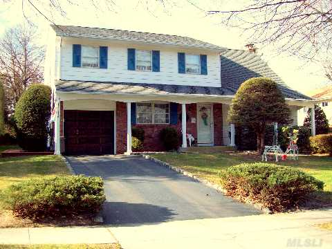 Fabulous Charter Oaks Colonial. Pride Of Ownership Inside And Out. Hardwood Floors Thru-Out, Cac, Igp,Sewers, Sidewalks, Ft. Salonga Elementary, Wonderful Family Development. Nothing To Do But Move In And Enjoy!Pool As Is.